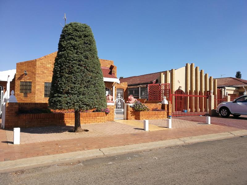Property For Sale in Lenasia Ext 6, Johannesburg 1